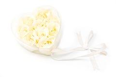 Rose bianche nel cuore trasparente fotografia stock