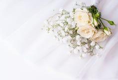 Rose bianche su Tulle bianca fotografia stock libera da diritti