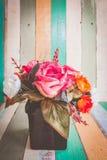 Rose blüht im Vase auf Retro- Weinlesehintergrund Lizenzfreie Stockfotografie