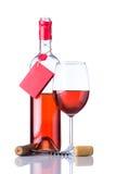Rose Bottle Wine con l'etichetta ed il bicchiere di vino su bianco Fotografie Stock Libere da Diritti