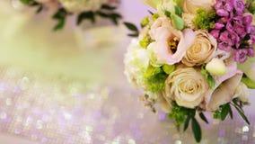 Rose Bouquet blanca de reclinación el día de boda almacen de metraje de vídeo