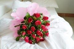 Rose Bouquet sul letto Fotografia Stock Libera da Diritti