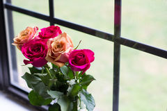 Rose Bouquet vid fönstret Arkivfoton