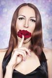 Rose Bud nella ragazza bocca sa. Immagini Stock Libere da Diritti