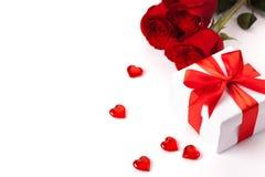Rose, cadeau et coeurs d'isolement sur le fond blanc Image libre de droits