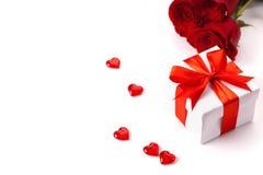 Rose, cadeau et coeurs d'isolement sur le fond blanc Photos stock