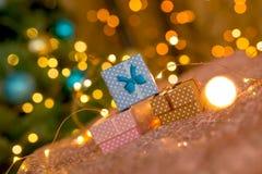 Rose, café et cadeaux bleus sur un fond brillant de corail avec les lumières d'or brouillées images libres de droits