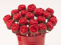 Rose Cake Pops en el florero rojo Fotos de archivo