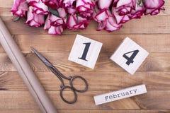 Rose, calendario, forbici e carta da imballaggio Fotografie Stock Libere da Diritti