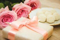 Rose, caramella e regalo Fotografia Stock