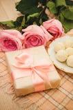 Rose, caramella e regalo Fotografie Stock Libere da Diritti