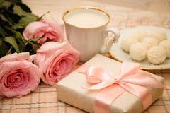 Rose, caramella e regalo Fotografia Stock Libera da Diritti