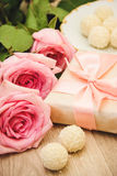 Rose, caramella e regalo Immagine Stock