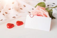 Rose, carte vierge d'amour et deux sucreries en forme de coeur Toujours durée romantique Photos libres de droits