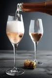 Rose Champagne die in Glas worden gevuld stock afbeelding