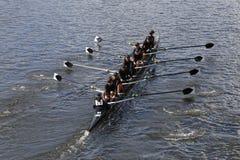 Rose City Rowing-rassen in het Hoofd van de Jeugd Eights van Charles Regatta Women stock fotografie