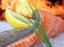 Rose a coloré les poissons, nourriture d'été avec la marinade de vin de citron Photo stock