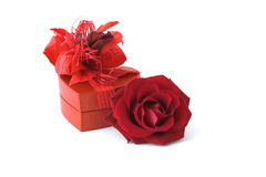 Rose con il contenitore di regalo Immagini Stock Libere da Diritti