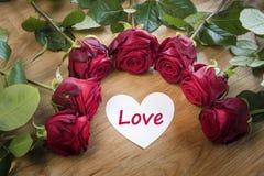 Rose con il cuore bianco di amore fotografia stock
