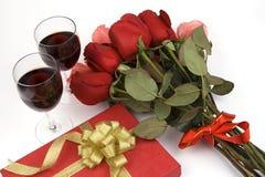 Rose con il presente ed il vino Immagine Stock