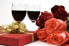Rose con il presente ed il vino Immagine Stock Libera da Diritti