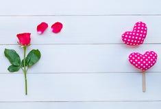 Rose con los corazones en de madera blanco para la tarjeta del día de San Valentín \ el 'día de s fotos de archivo libres de regalías