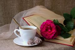 Rose, a cup of coffee Royalty Free Stock Photos