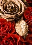 Rose d'or et roses rouges Photographie stock libre de droits