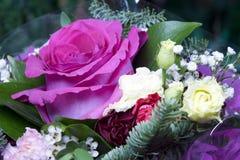 Rose dans de bouquet toujours une vie dans le jour ensoleillé Image stock