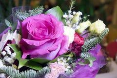 Rose dans de bouquet toujours une vie dans le jour ensoleillé Images stock