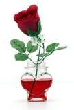 Rose dans une bouteille en forme de coeur Photos libres de droits