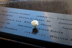 Rose de blanc d'anniversaire près du nom de la victime gravée sur le parapet en bronze de 9/11 mémorial au World Trade Center - N Photos libres de droits