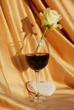 Rose de blanc dans un verre de vin, concept d'amour Image libre de droits