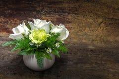 Rose de blanc de la vie et fleurs toujours mélangées Photo libre de droits