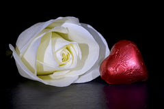 Rose de blanc et coeur rouge Photographie stock
