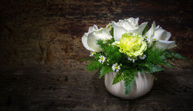 Rose de blanc, oeillet vert, camomille blanche décorée sur le ton foncé en bois Photo libre de droits