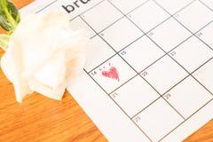 rose de blanc sur le calendrier avec la date du 14 février Valentin Images stock
