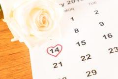 rose de blanc sur le calendrier avec la date du 14 février Valentin Image stock