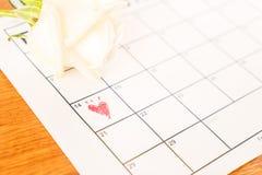 rose de blanc sur le calendrier avec la date du 14 février Valentin Photo libre de droits