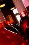 Rose de bouteilles de vin Photos stock