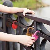 Rose de cadenas sur le pont Photo stock