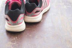 Rose de chaussures d'espadrilles populaire sur le fond en bois Photo libre de droits