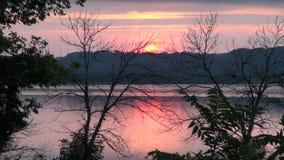 Rose de coucher du soleil du fleuve Mississippi banque de vidéos