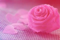 Rose de rose et petit cerf sur le fond bleu de tissu pour Valentine Photo libre de droits