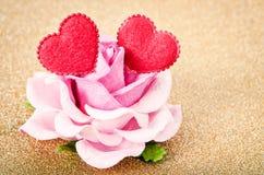 Rose de rose avec le coeur de deux rouges Photos stock