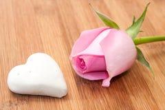 Rose de rose avec le gâteau de chocolat blanc sur le conseil en bois Images libres de droits