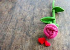 Rose de rose de jour de valentines avec le coeur rouge sur le fond en bois, lo Photographie stock libre de droits
