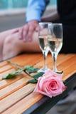 Rose de rose et deux verres à vin avec le champagne Image libre de droits