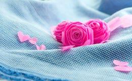 Rose de rose et petit cerf sur le fond bleu de tissu Photographie stock libre de droits