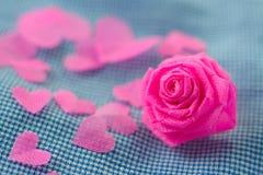 Rose de rose et petit cerf sur le fond bleu de tissu pour Valentine Photos stock